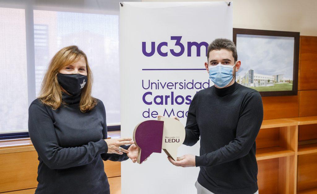 Belén Franco entrega el premio al Mejor Orador de la 8ª edición de la Liga Española de Debate Universitario