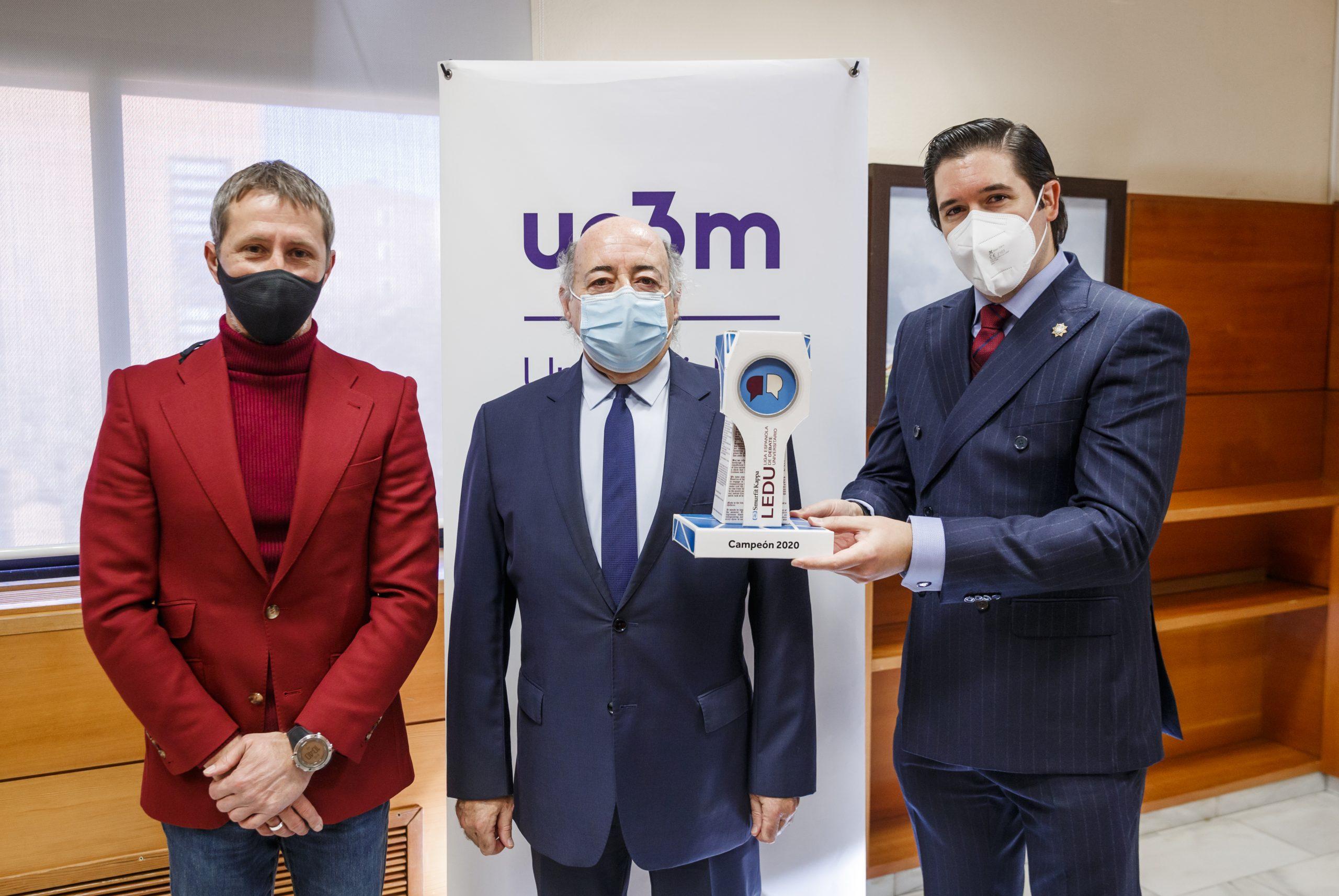 La Universidad Carlos III recibe su premio como ganadora de la 8ª Liga Española de Debate Universitario
