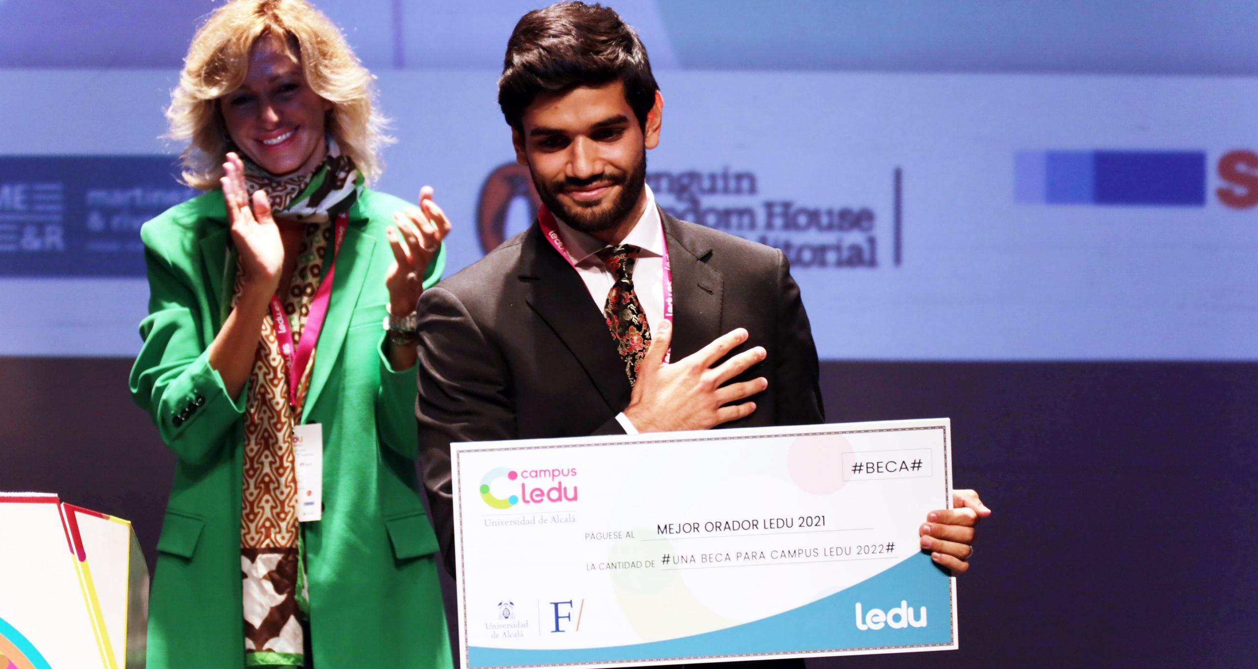Susanna Griso entrega el premio al mejor orador de la Liga Española de Debate Universitario (LEDU)